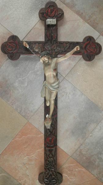 Jesusstatue mit kaputtem Arm und Bein